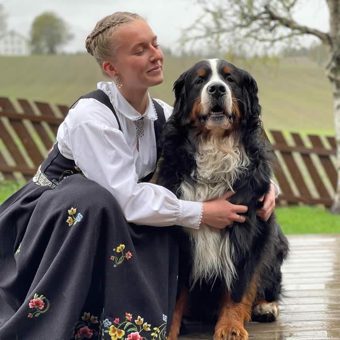 Kan være et bilde av 1 person, hund og utendørs