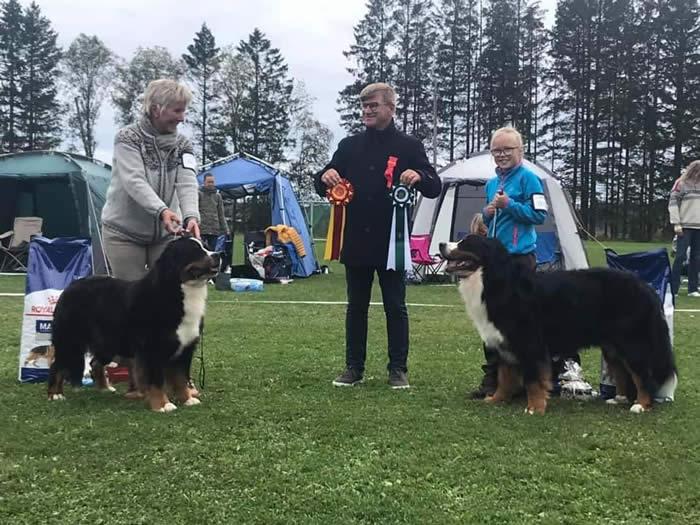 Kan være et bilde av 2 personer, inkludert Leif Ragnar Hjorth, hund og utendørs